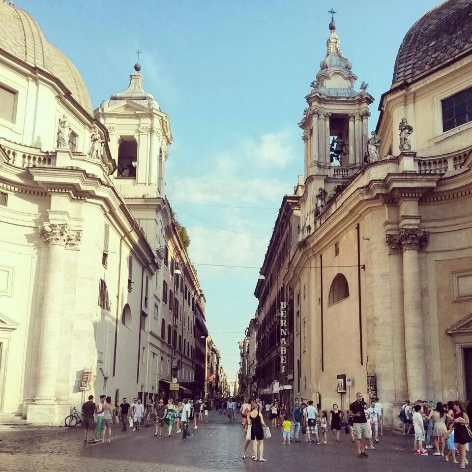 Piazza del Popolo'dan Via del Corso'ya giriş